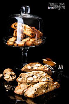 eleganti Cantucci toscani con frutta secca (mandorle, uvetta e albicocche). Food photography © Manuela Bonci