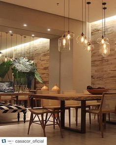 Nossos porcelanatos Primitiva na parede e Travertino no piso! #Repost @casacor_oficial. ・・・ Casa Cor Pará 2015: sala de jantar de Rebeca de França. Foto @pedroarielsantana