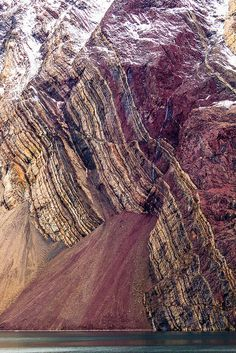 Sedimentary layers tilt dramatically toward the ocean in Kejser Franz Joseph Fjord, Greenland Rocks And Gems, Rocks And Minerals, Crystals Minerals, Mother Earth, Mother Nature, Formations Rocheuses, Natural Phenomena, Belleza Natural, Earth Science
