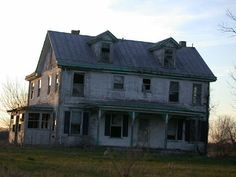 Creaky, Old farm house with a story to tell. Abandoned Property, Abandoned Mansions, Abandoned Buildings, Abandoned Places, Fixer Upper House, Old Farm Houses, Historic Homes, Victorian Homes, Interior And Exterior