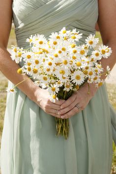 White daisy wedding bouquet - Perfect for a beach/back yard wedding Daisy Bouquet Wedding, Simple Wedding Bouquets, Simple Weddings, Wild Flower Wedding, Bridesmaid Bouquets, Daisy Wedding Decorations, Bridesmaid Color, Wedding Simple, Bridesmaids
