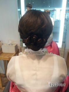 결혼식 혼주 헤어스타일 / 결혼식 엄마 올림머리 / 결혼식 엄마 머리 / 짧은 머리 드라이 / 에이바이봄 재황 - 아이웨딩 ibrand+ > 헤어/메이크업 Up Styles, Short Hair Styles, Weddings, Fashion, Bob Styles, Moda, Fashion Styles, Short Hair Cuts, Wedding