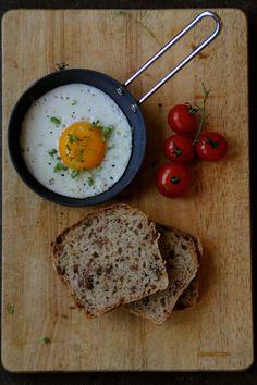 Eltefritt baconbrød - akkurat det du trenger til frokost! Stek er egg, legg den på toppen - egg&bacon&brødskive! Oppskrift finner du her på Mat på Bordet.