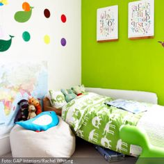 Knallgrüne Wand und bunte Wandtattoos | roomido.com