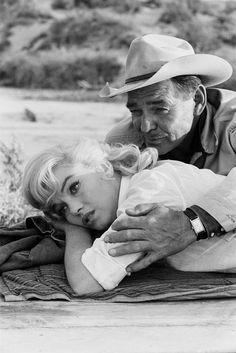 Marilyn Monroe e Clark Gable durante as gravações do filme Os Desajustados, Nevada – 1960. (Ernst Haas/Getty Images)