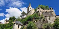 Der für eine große und feste Burganlage in besonderem Maße geeignete Bergkegel steigt vollkommen frei aus einer schwache gewellten Ebene auf. Ihn umkreist in mehrfachen Windungen der durch 14 Tore gesicherte Fahrweg in bequemer Steigung, überbrückt tiefe Schluchten, lehnt sich an geschickt ausgemeißelte Felswände, erweitert sich zu Waffenplätzen, bis er die den Berggipfel krönende Hauptburg erreicht.   Kärntens Top 10 Ausflugsziele, Urlaub in Österreich, Sehenswürdigkeiten Austria, Mansions, House Styles, Medieval Castle, Road Trip Destinations, Jokes, Manor Houses, Villas, Mansion
