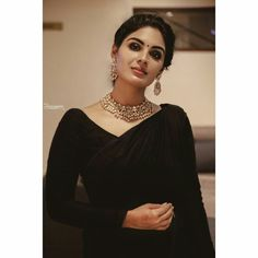 The COO of RED FM Shows How To Nail Formal Saree Style! Want to know how to style your formal sarees in the most perfect way? Do check out COO of RED FM, Nisha Narayan to style sarees. Saris, Dress Indian Style, Indian Fashion Dresses, Asian Fashion, Formal Saree, Saree Designs Party Wear, Looks Party, Plain Saree, Black Saree Plain