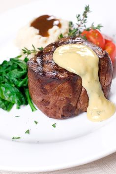 Grilled filet mignon with bernaise sauce hile this recipe will take some time to prepare, it is well worth it. You can prepare the bernaise sauce shortly before the steaks go on the grill. Steak Recipes, Sauce Recipes, Cooking Recipes, Béarnaise Sauce, Sauce For Steak, Masterchef, Mushroom And Onions, Mushrooms, Star Food