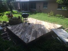 Patio Deck Out Of 25 Wooden Pallets Pallet Floors & Decks Pallet Terraces & Pallet Patios Pallet Patio Decks, Outdoor Pallet Projects, Pallet Patio Furniture, Pallet Ideas, Furniture Ideas, Pipe Furniture, Furniture Styles, Garden Furniture, Furniture Design