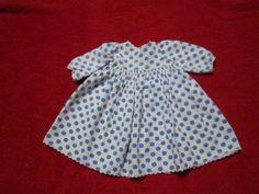 Schoene-alte-Puppenkleidung-weisses-Kleid-mit-blauen-Punkten