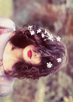 Her hair was always messy, and I always wondered why. I mean, doesn't she shower, or at least brush her hair? Clavicut, Green Eyes, Pretty Hairstyles, Her Hair, Hair Inspiration, Portrait Photography, Sad Girl Photography, Curly Hair Styles, Hair Makeup