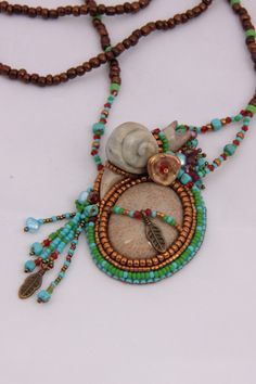 Bead embroidered Little Snail Necklace. door Spijckerhard op Etsy https://www.etsy.com/nl/listing/202409928/bead-embroidered-little-snail-necklace