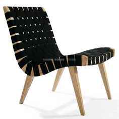 Le Designer danois Jens Risom a introduit le style scandinave aux Etats Unis. Sa « Side Chair » dont l'esthétique avant-gardiste se devait de plaire au goût américain est fidèlement reproduite et réalisée avec le plus grand soin en faisant appel à des matériaux de grande qualité. L'élégante ossature en bois retient un siège et son dossier en sangle noire ou blanche. Tout concourt au confort et à la détente, au salon, au bord de la piscine, dans le patio dès l'arrivée des premiers beaux…