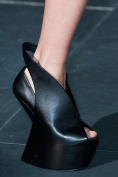 Iris Van Herpen Fall 2014 - As we know, I am quite the fan of United Nude. Beautiful form.