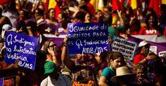 18.jun.2012 - Índigenas também participam da marcha pedindo igualdade de direitos e repudiando violência contra mulher durante a Rio+20