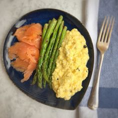 #brunch today of truffle scrambled eggs smoked salmon & asparagus. Eggs from @gingerpigltd & truffle butter from @boroughmarket - so lucky to have this treasure of produce on my doorstep. Smoked salmon & asparagus from @marksandspencer - always great for last minute goodies. Sticking to a #highprotein & #goodfats breakfast as not training until the afternoon with @thebodyodyssey later. #healthyeating #healthyliving #healthyfoodie #leanmeals #paleo #eatinghealthy #wellbeing #workout #fitness…