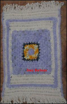 Fiz esse tapetinho com os fios que ganhei com a parceria da Enovelar   Usei os fios Supremo Flores que dá um efeito legal no visual. Usei p...