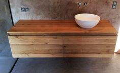 Meuble de salle de bain suspendu en chêne et mur en mortex