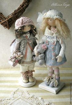 Купить или заказать Ангел Тая. Бохо. По мотивам в интернет-магазине на Ярмарке Мастеров. Коллекционная кукла. Ангелочек Тая в бохо стиле, никуда нам от него не деться , любим мы его) Малышка в серо-бледно-розовой-молочной гамме. Стоит с подставкой, сидит с опорой, ручки гнутся. Съемные: кашемировый кардиган, вязаное платье, ботиночки, вязаные штанишки, шапочка, крылья. Аксессуары: подставка, лукошко …
