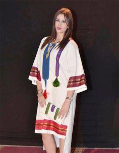 Avec chaque nouvelle saison, de nouvelles tendances mode voient le jour. C'est le cas des créations tunisiennes qui allient à la fois tradition et modernité. TUNISIE.co vous invite à adopter un look 100% tunisien pour cet hiver. Caftan Gallery, Muslim Women, Hijab Fashion, Couture, Kimono Top, Chic, Womens Fashion, Model, How To Wear