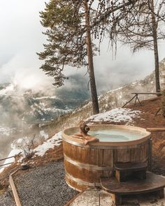 sauna hot tub Awesome Wooden Hot Tub to Beautify Your Backyard Spa Design, Rustic Hot Tubs, Outdoor Tub, Outdoor Camping, Earth Homes, Cabins In The Woods, Heaven On Earth, Luxury Homes, Outdoor Living