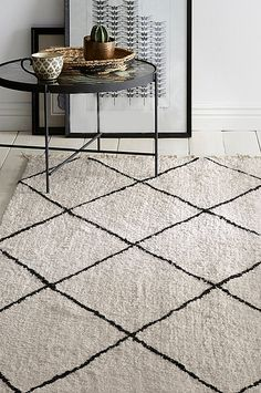 Tepper i forskjellige modellene - Shop online Ellos. Monochrome Interior, Black And White Interior, White Interior Design, Living Room And Dining Room Decor, Living Room Carpet, Home Living Room, Africa Decor, Nordic Living, Home Textile