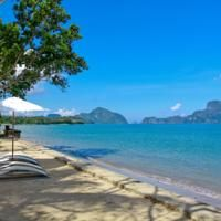On the coastline, El Nido Cove Resort features peaceful and comfortable accommodations overlooking the stunning Bacuit Bay.