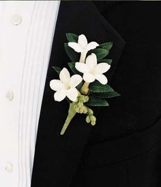A boutonniere that pinned in the bridal suit is one of the elements that enhance an appearance of the groom. Here are tips for choosing a boutonniere for the wedding. White Boutonniere, Corsage And Boutonniere, Boutonnieres, Wedding Boutonniere, Vintage Boutonniere, Groomsmen Boutonniere, Floral Wedding, Wedding Colors, Wedding Bouquets