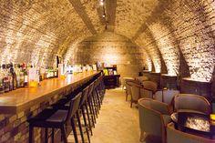 ドーム型の天井に、釉薬によってきらめく壁、ぬくもり感じる間接照明が、幻想的な空間を作り出すバースペース。バーテンダーによるカクテルは格別です。