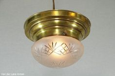 Klassieke plafonniere 26307 bij Van der Lans Antiek. Meer antieke lampen op www.lansantiek.com