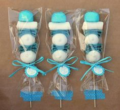 Puedes usar brochetas de dulces para darlas como souvenirs u obsequios en fiestas, para tener un detalle especial con alguien o para usars. Baby Shower Parties, Baby Shower Themes, Baby Boy Shower, Frozen Birthday Party, Frozen Party, Frozen Candy Table, Bonbons Baby Shower, Candy Kabobs, Sweet Trees
