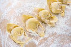 Non c'è spettacolo sulla terra più attraente di quello di una bella donna in atto di cucinare la cena per una persona che ama. [Tom Wolfe] #Poggiolini #pasta #pastafresca #quote