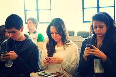 Смартфоны подростки используют, в основном, для переписки