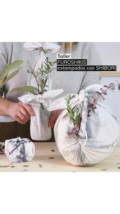 Taller DIY en Barcelona para aprender a envolver tus regalos de forma más sostenible. Practicaremos distintos de atado tradicional Shibori y personalizaremos la tela estampándola al estilo Shibori Shibori, Glass Vase, Barcelona, Crafty, Table Decorations, Ideas, Diy, Tela, Wrap Gifts