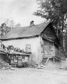 В 1920-е годы Андреевский спуск еще не был визитной карточкой столицы Украины. И многие дома знаменитой улицы выглядели вот так.