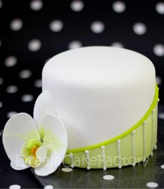 Green and white orchid mini cake Mini Wedding Cakes, Mini Cakes, Cupcake Cakes, Pretty Cakes, Beautiful Cakes, Amazing Cakes, Orchid Cake, Pastry Design, Ice Cake