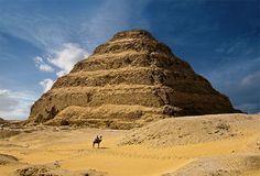 Pirámide escalonada de Zoser , Imperio Antiguo (c. 2700-2200 a. C.) se localiza en  Saqarah, Al Badrashin, Giza, Egipto . costruido por  Imhotep