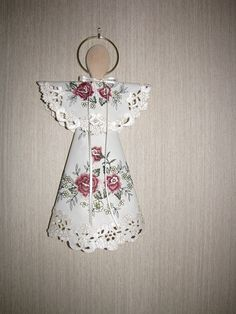 "Doily Angel, Wooden spoon, 2"" ring, 4"" doily, 8"" doily, ribbon. Fold sm doily in half, make sm. hole in center. Fold lg. doily in triangle, point end at top.Hot glue leaving sm opening at point end. (doilies with cut out areas, cut off spoon handle so it doesn't show through) use sm piece of ribbon wrap around ring, hot glue to back of spoon. (rounded part is the face) slide sm doily on the handle, slip lg doily on handle, glue to handle. Glue sm doily in front & back, tie ribbon around neck Christmas Crafts For Gifts, Christmas Angels, Holiday Ornaments, Christmas Projects, Craft Gifts, Christmas Diy, Angel Ornaments, Diy Angels, Handmade Angels"