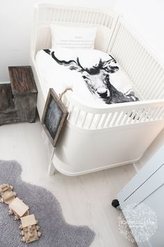 This Scandinavian nursery features a sebra cot with By Nord bedding. It is a contemporray baby room decorated in white with muted greys. Bebe Love, Casa Kids, Scandinavian Kids Rooms, Scandinavian Style, Nordic Chic, Swedish Style, Nursery Inspiration, Nursery Ideas, Nursery Decor