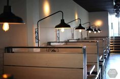 Mirá imágenes de diseños de Livings de estilo industrial en negro: Aplique de Pared con Pantalla galponera. Encontrá las mejores fotos para inspirarte y creá tu hogar perfecto.
