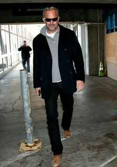 Kevin Costner Photo - Kevin Costner at LAX.I love the pea coat and his classic style. He looks good with blonde highlights too Kevin Costner, Mode Masculine, Older Mens Fashion, Fashion Men, Style Fashion, 50 Year Old Man Fashion, Men's Fashion Over 50 Years Old, Fashion For Men Over 50, Fashion Trends