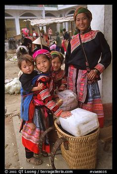 Flower Hmong mother with daughters. Bac Ha, Vietnam | TerraGalleria