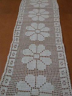 Confeccionado em linha de algodão na cor branca, mas pode ser confeccionado na cor que o cliente desejar. O caminho com tamanho de 80cm, possui cinco flores. R$ 33,60