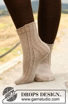 """Sandwave - Knitted DROPS socks with cables in """"Fabel"""". - Free pattern by DROPS Design Knitted Boot Cuffs, Knit Leg Warmers, Knitted Slippers, Slipper Socks, Crochet Socks, Knitting Socks, Hand Knitting, Knit Crochet, Finger Knitting"""