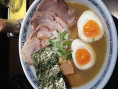 <渋谷 はやし>いつも行列できてて並ぶの面倒だからって行かなかったんだけど、たまたま行列の人が少なかったので並んで食べてみた。うめぇぇ!!並ぶの納得。丁寧なスープと中細ストレート麺うまし。どうやら塩もあるようなので、次回は塩にしてみようと思う。チャーシューは旨かったけど、次はいらないや。ラーメンに1000円は高いし。