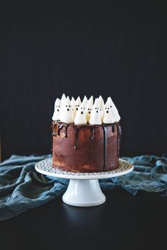 I need to make this #ghost cake for #Halloween! How cute is it?!