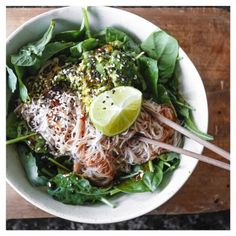 "aleven11:  ""A F T E R N O O N 🍴 S N A C K . Brown rice noodles over spinach, topped with avo, sweet chilli sauce, coconut aminos and sesame seeds 😋 #feelthelean  """