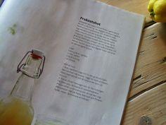 AAMUSHOTTI  - 1 litra vettä - 200g tuoretta inkivääriä - 1/2 dl hunajaa - 2 sitruunaa  Huuhtele inkivääri ja raasta se (ei tarvitse kuoria). Lisää se kattilaan kiehuvaan veteen ja anna kiehua 20 minuuttia. Siivilöi inkiväärivesi ja sekoittele lämpimän nesteen joukkoon hunaja. Anna jäähtyä huoneenlämpöiseksi ja lisää kahden sitruunan mehu. Juoma säilyy suljetussa pullossa jääkaapissa jopa kuukauden. Napkins, Anna, Cooking, Tableware, Kitchen, Dinnerware, Towels, Dinner Napkins, Tablewares