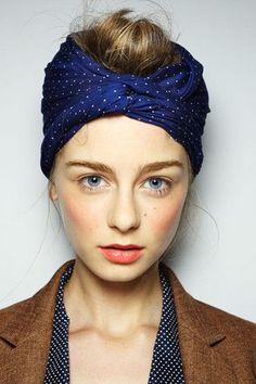 Como usar lenço: deixe uma porção do cabelo aparecendo