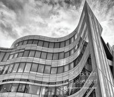 Kö-Bogen in Düsseldorf - Architektur aus der Sicht des Fotografen Wolfgang Popp -  Die Fotos in diesem Buch stellen ungewöhnliche, oft dynamische Perspektiven des Gebäudes und seiner Umgebung dar. Interessante Reflexionen,  Kantenschwünge der Fassade, Fassaden-Muster, Spiegelungen der Nachbarhäuser und monumentale Strukturen und Blickwinkel, lassen den Betrachter oft rätseln aus welcher Position der vielseitige Bau fotografiert wurde.   Die Auseinandersetzung mit dem Licht und deren Wirkung…